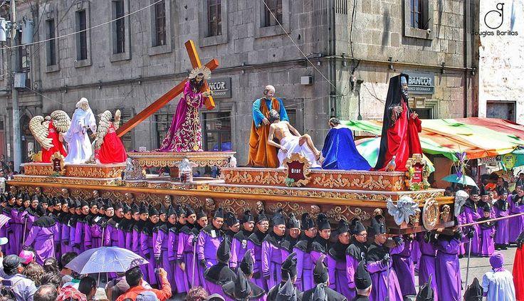 El Nazareno con la Hermandad más grande en integrantes de la Semana Santa quetzalteca . Este domingo será la primera velación y nos han regalado un #Turno Te vas con nosotros? Escríbenos al 4129-8228