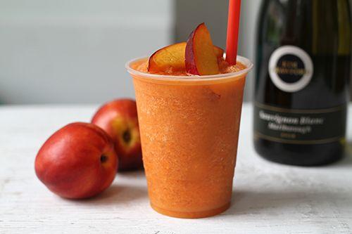 Cet été, faites preuve d'originalité dans vos 5 à 7 avec nos recettes de sloches alcoolisées! À mi-chemin entre le fameux poptails et le cocktail, les « slochetails » vous combleront de bonheur dès la première gorgée!