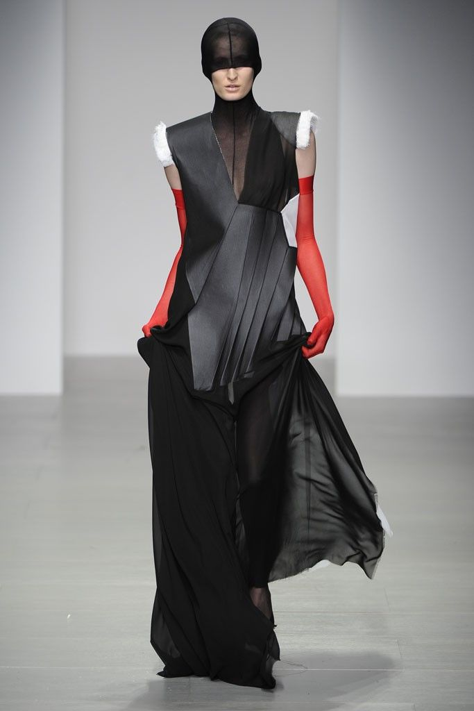 Central Saint Martins Teruhiro Hasegawa RTW Fall 2014 [Photo by Giovanni Giannoni]