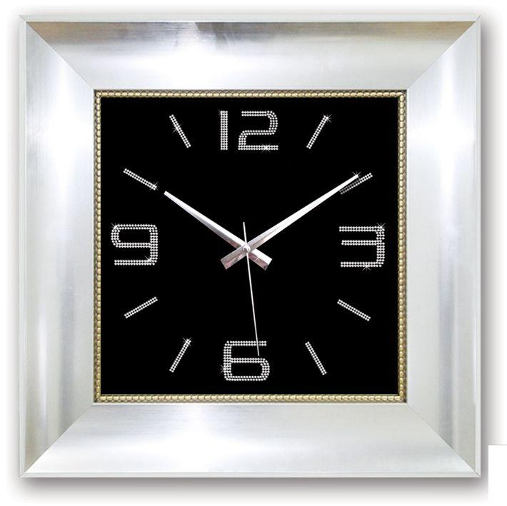 Gümüş Kare Taşlı Büyük Boy Duvar Saati  Ürün Bilgisi ;  Ürün maddesi : Plastik Gövde ve Gerçek cam kullanılmıştır Ebat : 50 cm x 50 cm Büyük boy Mekanizması : Akar saniye, sessiz çalışır Taşlarla süslenmiş şık duvar saati Garanti : Saat motoru 5 yıl garantili Zengin görünüm Üretim  : Yerli üretim Kullanım ömrü uzundur Kalem pil ile çalışmakta Ürün fotoğrafta görüldüğü gibi olup orjinal paketindedir Sevdiklerinize hediye olarak gönderebilirsiniz