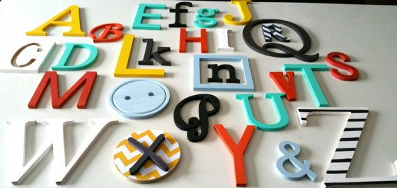 Alphabet mural idéal au dessus du berceau de bébé, au dessus de la table à langer, dans la salle de jeux ou simplement une façon unique de remplir un grand mur vide. Idéal aussi pour les garderies ou service de garde en milieu familial.  Les tailles des lettres varient entre 3.75po (9.5cm) et 10po (25.4cm) épaisseur de 3/8po (1cm). Une fois accrochées, elles remplissent environ 30po X 40po léquivalent de 80 X 130 cm). Les lettres s accrochent facilement au mur à l'aide dadhésif double f...