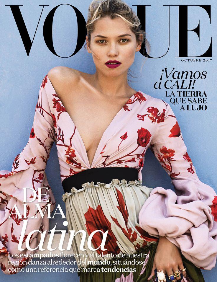 Un homenaje a #Cali, la ciudad colombiana donde la fiesta se lleva en vestidos floreados y los accesorios irradian como joyas, protagoniza la nueva #VogueLatinoamerica de Octubre  Fotografía: Sebkim Studio  Estilismo: Natasha Royt