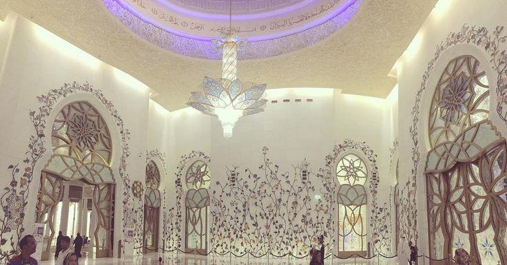 4/5  En af de ting Abu Dhabi er mest kendt for er den berømte fuldstændig vanvittigt smukke 'Grand moské Sheikh Zayed'  Jeg er utrolig stolt over at have set dette kæmpe kunstværk og endda fået æren at tage mine helt egne smukke billeder af den. Der var dresscode både for mænd og kvinder og jeg fik et meget behageligt klæde på som alle rendte rundt i. På et tidspunkt inde i moskeen tog alle skoene af og så gik vi igennem det smukkeste rum med verdens største gulvtæppe som er syet i et. Denne…