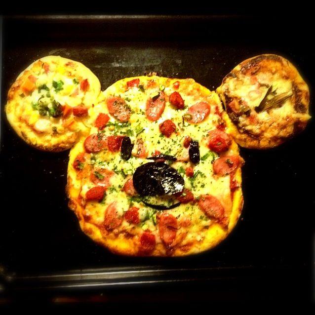 左から…○愛媛の麦味噌に野菜ミックス○トマトソースのふつうのサラミあじ○名古屋の赤味噌でふきのとう味噌を作り、マヨをまぜまぜ。ふきのとうの葉を飾りました  ほろにが〜が大人あじのピザになりましたよ〜♡ - 163件のもぐもぐ - とりぷるミッキーピザ  (○麦味噌ベジタブル○トマトミックス○ふきのとう赤味噌マヨネーズ) by momozail