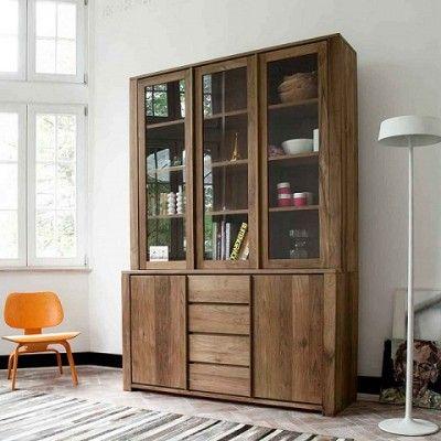 Strak Teak Vitrinekast met strakke deuren en laden past uitstekend in een moderne inrichting.