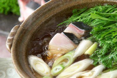 ブリのはりはり鍋 : 水菜のシャキシャキした歯ごたえ『はりはり』を楽しめる鍋。| ぶり、水菜、ネギ、油揚げ