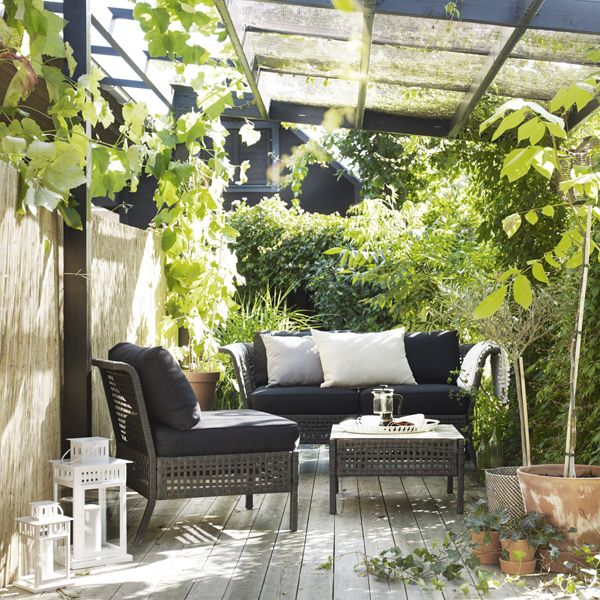 Create a sofa that suits your outdoor space perfectly with the IKEA KUNGSHOLMEN outdoor seating series! Choose how many seats you need, add some cushions and relax right in your own backyard.