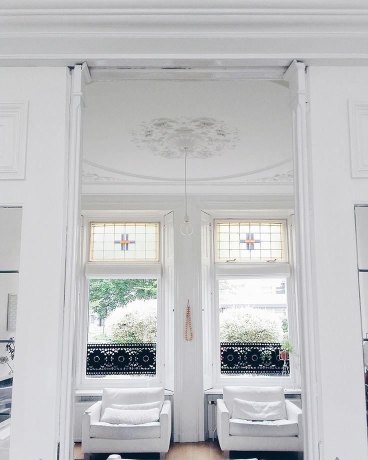 Mooie glas in lood ramen, plafond met ornamenten en authentieke details in een jaren 30 huis