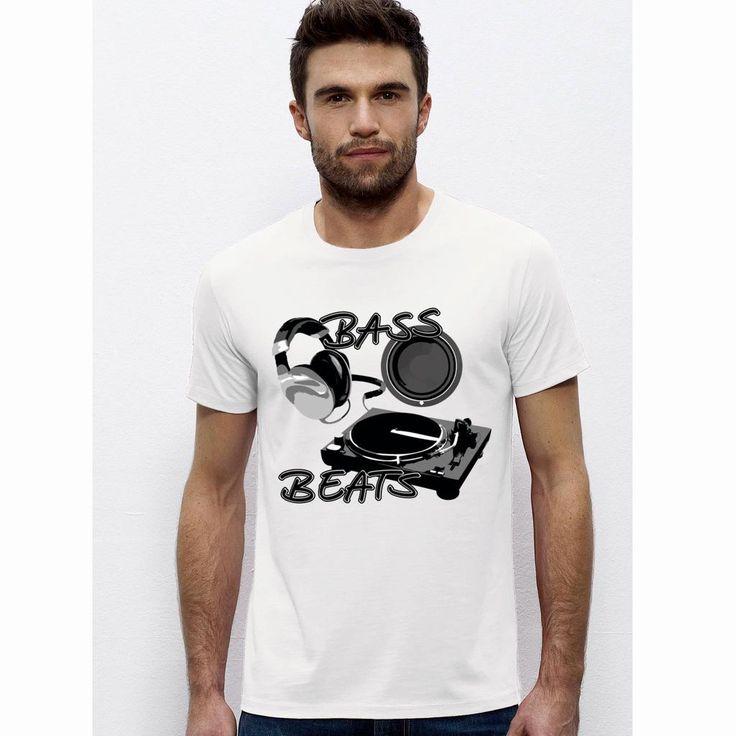 """Sehr schönes men T-Shirt mit dem lässigen Motto """"Bass Beats"""".       Damit bist Du der absolute Hingucker auf der nächsten Party!  Das Shirt hat einem Rundhalsausschnitt in 1x1-Rippstrick mit Nackenband Schmale Doppelnähte an Ärmeln und Saum und besteht aus       Single Jersey 100 % ringgesponnene, gekämmte Bio-Baumwolle 155 g/m². Natürlich mit dem bekannten Nackenlogo im Rücken. International bidders are welcome! Bitte beachten Sie die Pflegehinweise auf www.ajz-shirts.de."""