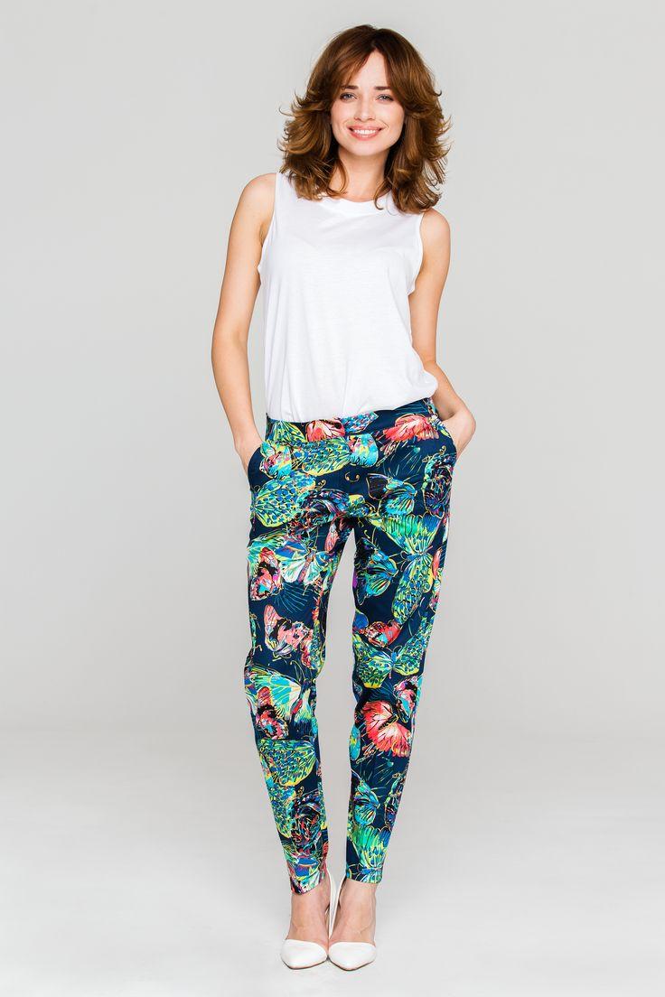 Granatowe spodnie w kontrastowym wzorze