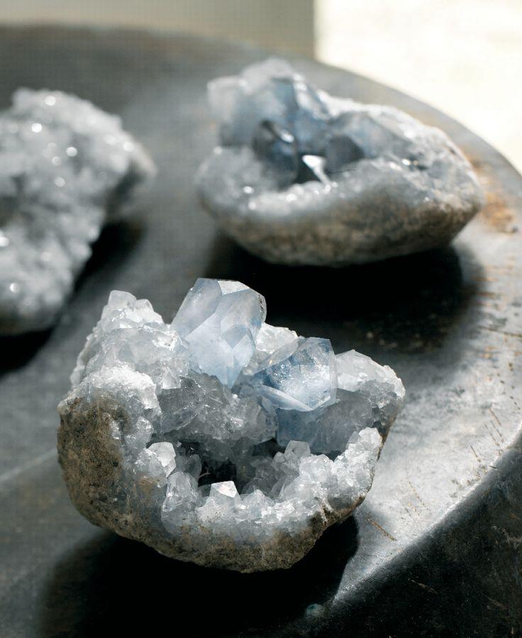 De edelsteen celestien wordt ook wel 'engelensteen' genoemd. Volgens de overlevering zou je via de kristallen een verbinding kunnen leggen met het engelenrijk en zelfs met engelen in hoogst eigen persoon.  Het licht blauwgrijze celestien is miljoenen jaren geleden ontstaan uit gasbellen in stollende lava. Het wordt gevonden als ruwe brokken die moeten worden opengehakt om hun schitterende inhoud vrij te maken.  De in de stenen opgeslagen energie wordt in de edelstenentherapie gebruikt voor…