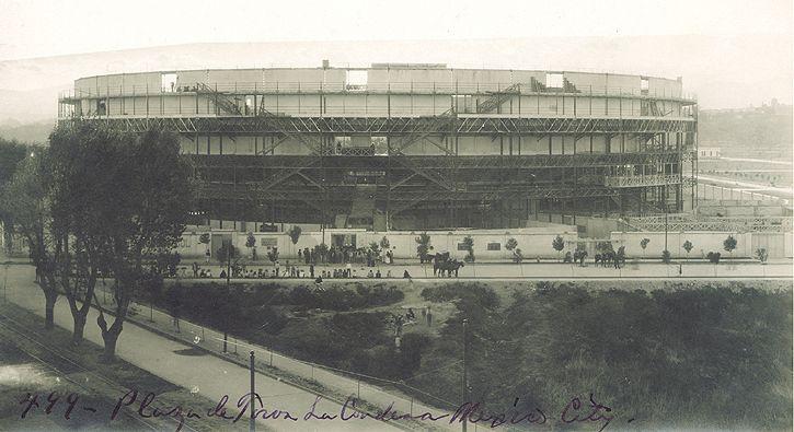 Esta fotografía muestra la Plaza de Toros de la Condesa inaugurado en 1907. Ubicado en el predio ocupado actualmente por el Palacio de Hierro Durango, esta plaza se ubicó en los terrenos de la tercera Condesa de Miravalle, doña María Magdalena Dávalos de Bracamontes.