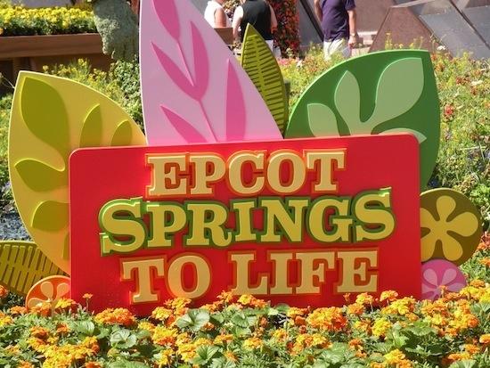 De março a maio, o parque Epcot ganha jardins floridos, esculturas dos personagens da Disney em arbustos e música ao vivo. Primavera na Disney! #WaltDisneyWorld #Epcot