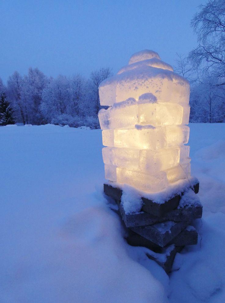 Jäälyhty maitopurkeista. Sisällä led-valot.