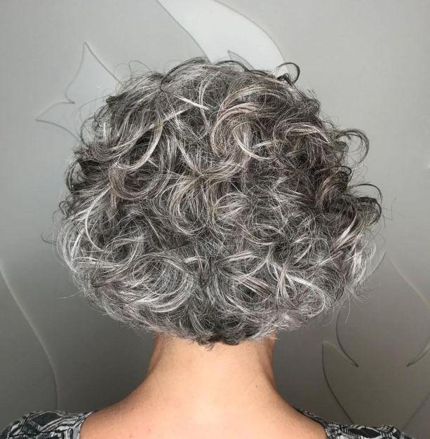 Grauer Gelockter Elf Gelockter Grauer Haare Frisieren Graue Frisuren Haarschnitt Fur Lockige Haare