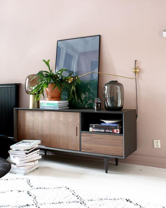 Dol op roze van de muur en dit dressoir van @ruijch Heb je mijn blog al gelezen over mijn nieuwe dressoir? ✌️️ See link profile  Geniet van een fijne avond! Ik ga een avondje zappen