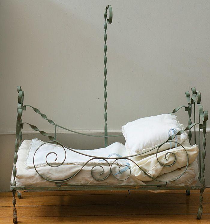 Старинная французская кровать для куклы, 1900е годы - на сайте антикварных кукол.