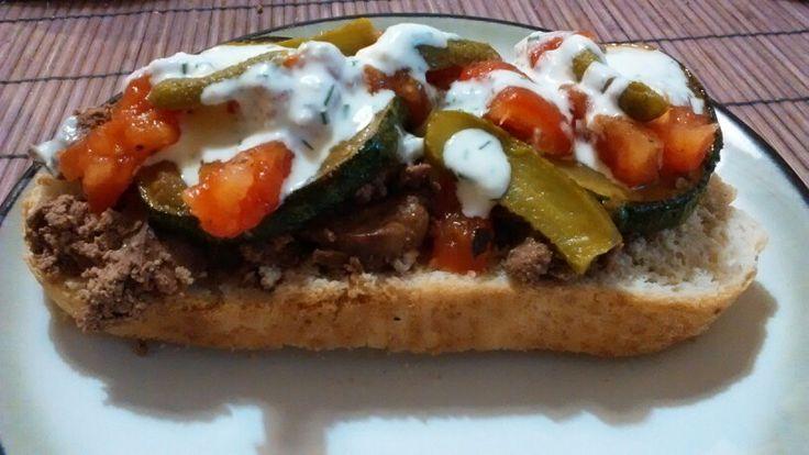 Pana de pollo, verduras salteadas, tomates asados y  pepinillos dill!!!