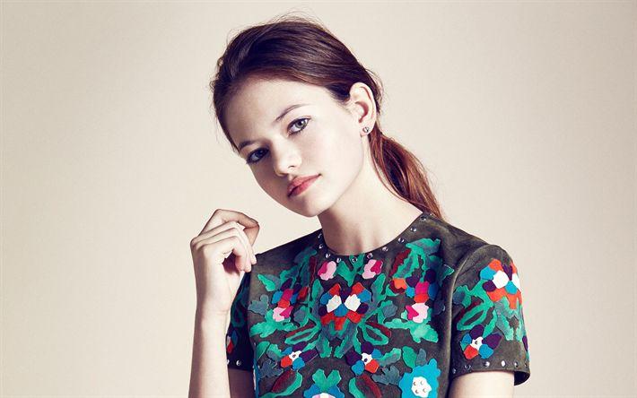 Descargar fondos de pantalla Mackenzie Foy, la actriz Estadounidense, retrato, vestido con el resumen de las flores, la joven actriz, hermosa mujer