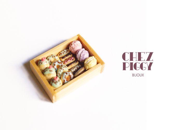 Calamita cibo in miniatura - Vassoio con dolcetti di Chez Piggy Bijoux su DaWanda.com