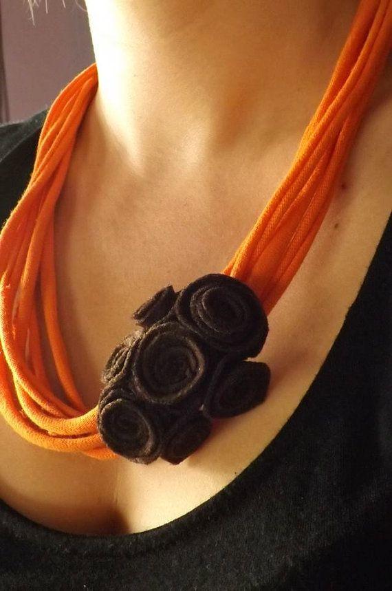 Collar reciclado naranja con rosas en fieltro por FieltroFever, €5.00