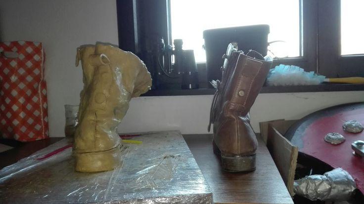 Door de deuken lijkt het werk volgens mij vrij goed op de oude lederen schoen, ik krijg er zelf een nostalgisch gevoel van.