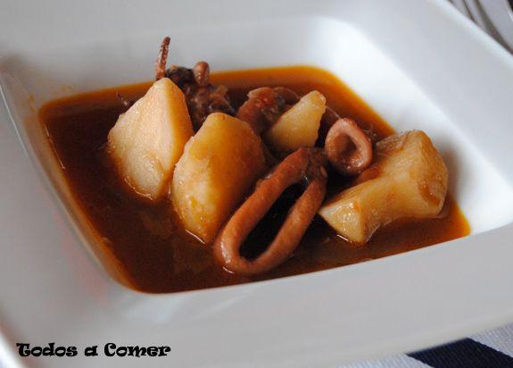 Un plato sencillo con un delicioso sabor a mar. Esto es lo que os proponemos con este guiso de calamares con patatas.