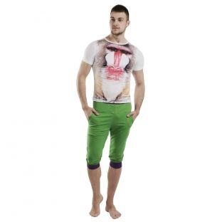 Tricoul are un design complex, un print supradimensionat pe partea din fata.