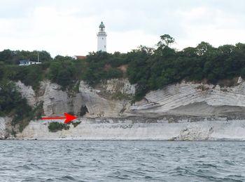 Det gyldne søm, fiskeleret på K/Pg-grænsen markeret med en rød pil på Stevns Klint. Stevns Klint er den 12 km lange og op til 41 m høje klint der afgrænser Stevns mod øst. Klinten kom i 2014 på UNESCOs Verdensarvsliste over naturarv. På Stevns Klint markerer et lag af fiskeler tydeligst i hele verden som et gyldent søm en af de største naturkatastrofer og masseudryddelser i Jordens historie. Fiskeleret indeholder unormalt meget af platinmetallet Iridium. Klinten består øverst af bryozokalk…