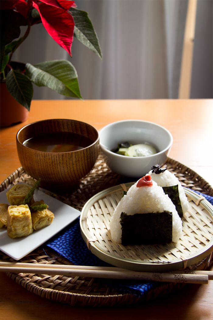 Desayuno japonés con onigiris de umeboshi // www.condospalillos.com