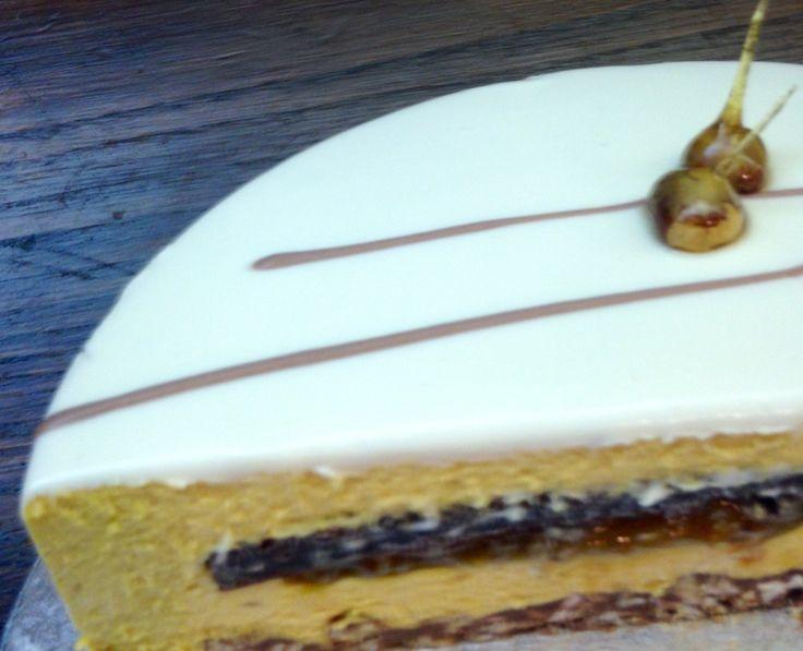 LDC Cake fondo croccante pralinato muesli e gianduia, mousse nocciola, confettura albicocche pepe e lime. Biscotto al cacao senza farina . Glassa cioccolato bianco.