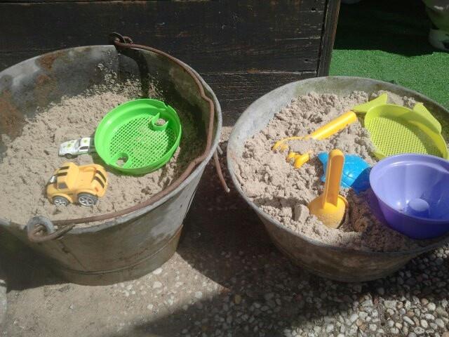 Geen plaats voor een zandbak. Maar deze teilen zijn eigenlijk ook wel leuk. Je zet ze ook nog eens zo in de schuur.