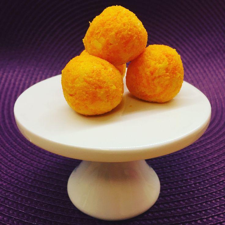 Ost och morötter passar bra ihop och blir lätt ett mättande och bra litet mellanmål. Passar bra som ett färgglatt tilltugg vid frukosten eller när man är ute och leker. Du behöver En morot Os…