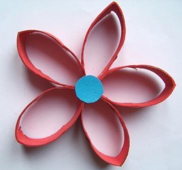 Lavoretti di primavera: fiore con rotolo di carta igienica