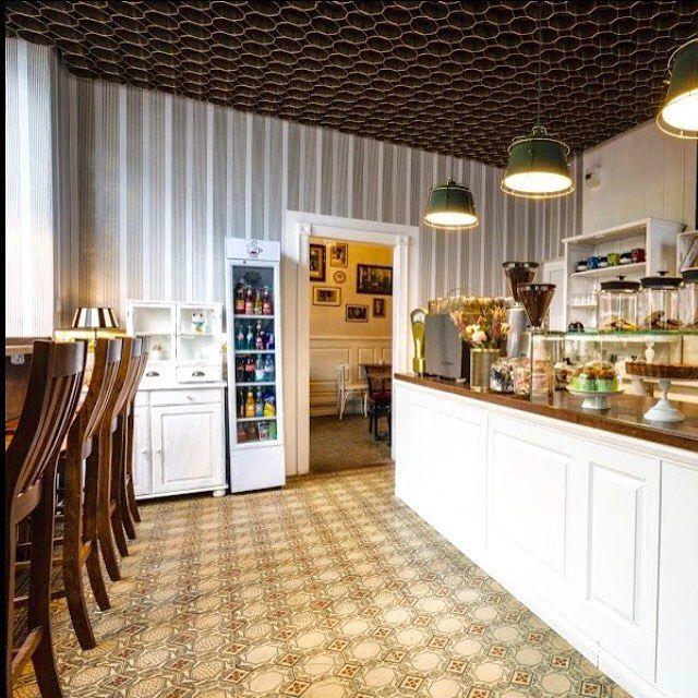 """""""Im Glück"""" hat jetzt ab dem 10.04 Sonntags geöffnet... extra für Frühaufsteher mit Sonntagsbrötchen, ofenfrische Brote  und anderen kleinen Leckereien...  #kaffeeundkuchen #im_glueck #frankfurt #nordend #café #ffm #frankfurtcoffee #frühstück #Kuchen #brot #brötchen #retro #antik #coffeebreak #coffee #kaffeeliebe #lazysunday #sunday #kaffee #sonntag #wirfreuenunsaufeuch #coffeeplace #coffeetime #cake #coffeeandcake #glauburgstrasse Ecke #gluckstrasse #coffeeshopvibes #forcoffeelover…"""
