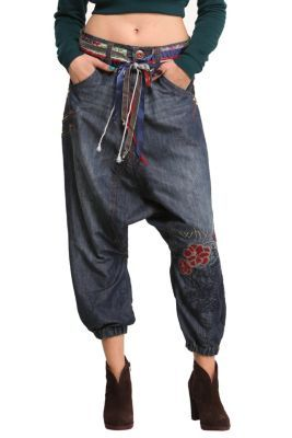 Desigual women's Mary trousers. The best thing about these baggy jeans is the details on the belt. It adds that cool touch of color to a basic garment. We're desigualifying denim!