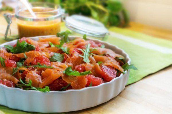 Салат с авокадо, лососем и грейпфрутом