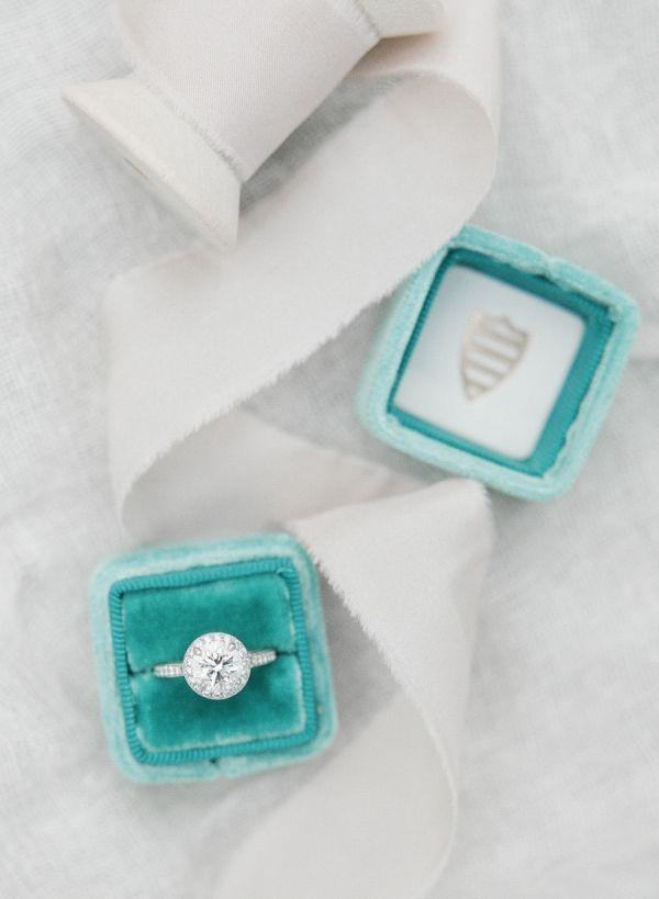 Idée et inspiration Bague De Fiançailles :   Image   Description   Gray and teal round-cut diamond ring: www.stylemepretty…
