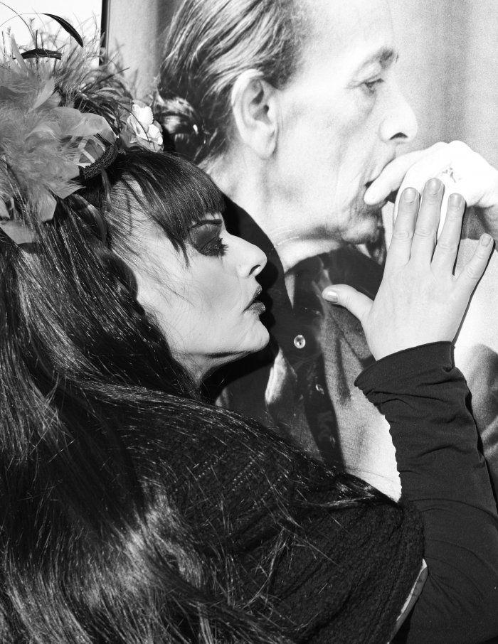 Nina Hagen vor einem portrat von Helene  Weigel | Foto by Benjamin Alexander Huseby