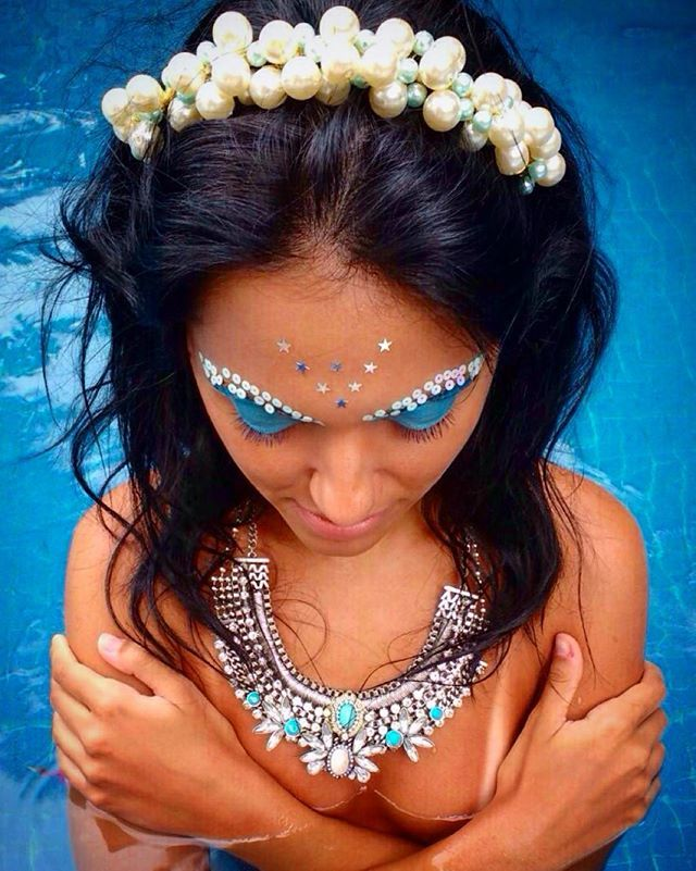 • Arco Yasmim • embelezando a amiga linda @pamccsantos ✨. #ninahats #carnanina #acessorio #carnaval #bloquinho #carnaval2016 #sereia #sereiando #moda #carnavalsp #sp #feitoamao #handmade #feitonobrasil #perolas #mermaid