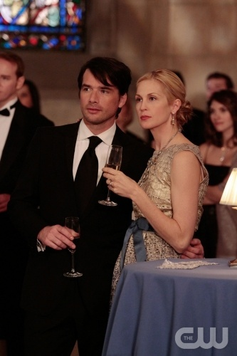"""Its a Dad, Dad, Dad, Dad World""  Pictured: Matthew Settle as Rufus, Kelly Rutherford as Lily  Photo Credit: Giovanni Rufino / The CW  © 2010 The CW Network, LLC. All Rights Reserved."