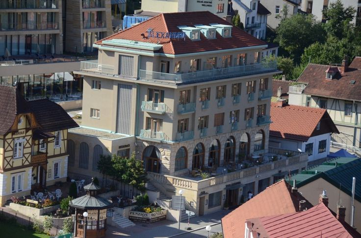 Vynikajúce výsledky wellness hotela Alexandria ****, patriaceho akciovej spoločnosti Kúpele Luhačovice, viedli k tomu, že tento rok bola medzi nominovanými na udelenie Výročnej ceny AHR (Asociácie hotelov a reštaurácií) ČR 2014 v kategórii Hotelier roka aj Ing. Miloslava Fialová, riaditeľka hotela Alexandria v Luhačoviciach. V oblasti vedenia hotelov je cena udeľovaná zvlášť pre reťazcové a zvlášť pre nezávislé hotely.