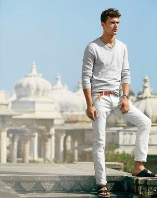 Look de moda: Jersey de Pico Gris, Pantalón de Vestir de Lino Blanco, Sandalias de Cuero Negras, Correa de Cuero Tejida Tabaco