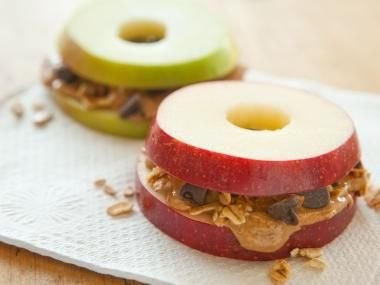 Apple Sandwich with Granola and Peanut Butter // The perfect #Backtoschool #snack! #recipe #fall