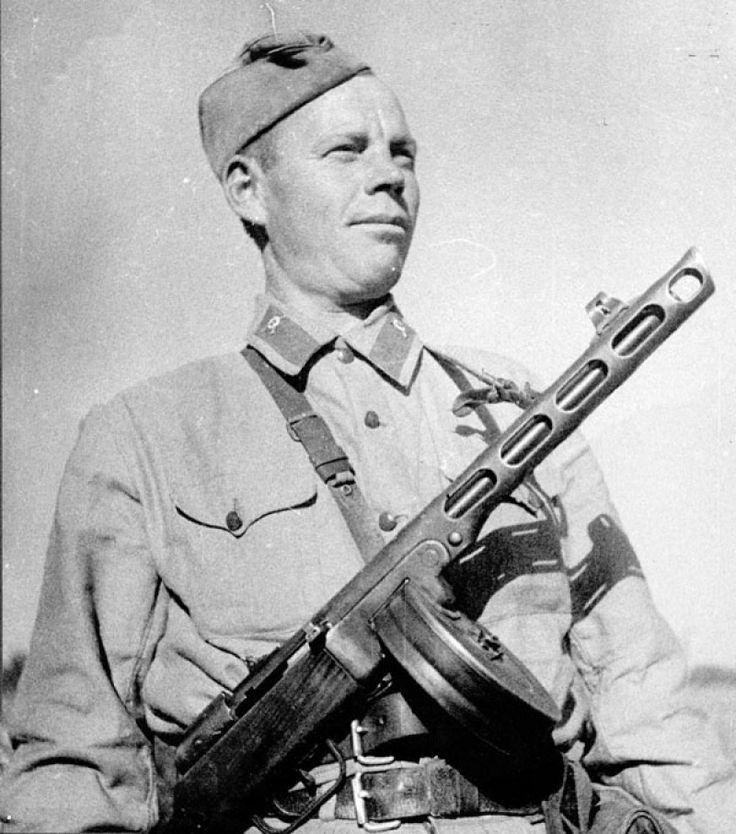 Советский боец с пистолетом-пулеметом системы Шпагина (ППШ) – самым массовым автоматическим стрелковым оружием