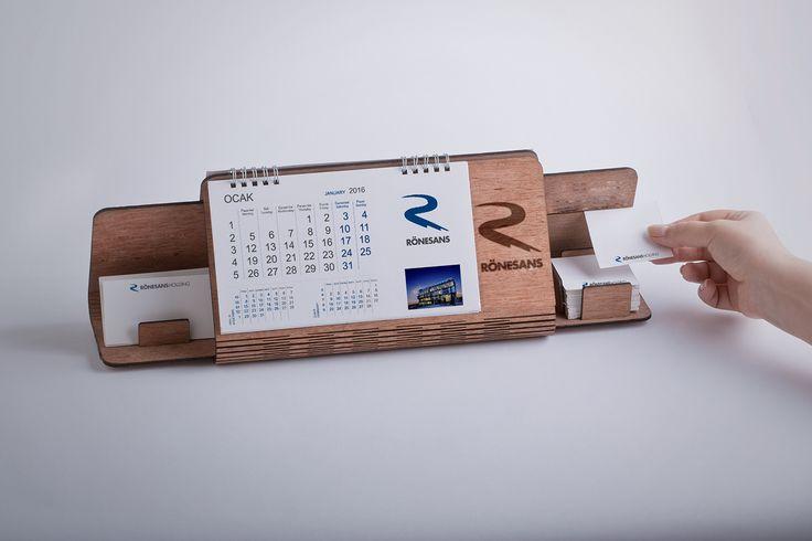 Sáng tạo với mẫu lịch bàn đế gỗ, có khay giữa để name card và giấy note tiện dụng.