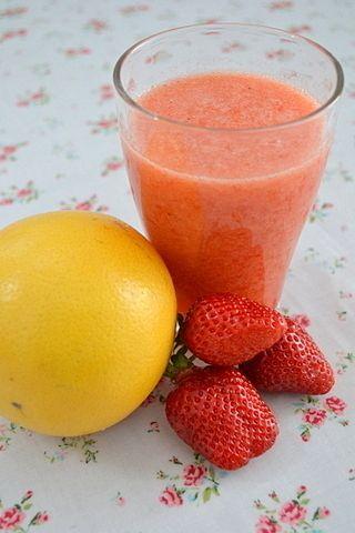ダイエットにはグレープフルーツスムージー    出典: http://www.recipe-blog.jp/profile/34282/blog/13159133 ピンクグレープフルーツ、いちご、パプリカのスムージーです。食欲を抑えるといわれているグレープフルーツの香りでダイエットにもつながる嬉しいレシピです。  女性におすすめ♡「美」にこだわったスムージーレシピ21選|CAFY [カフィ]