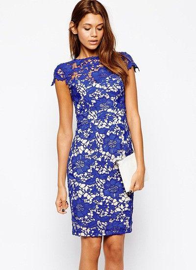 bij www.miss-p.nl Kobaltblauw kanten jurk met hoge hals en een ecru kleur binnenvoering. De jurk heeft een mooie aansluitende taille en kleine kap mouwtjes. Ook heeft de jurk een lange rits op de rug en een elegante afwerking in de nek met een knoop sluiting. Deze jurk is van kant en bevat geen stretch.