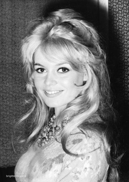 Brigitte in London, 1959. Photographed by Dezo Hoffmann