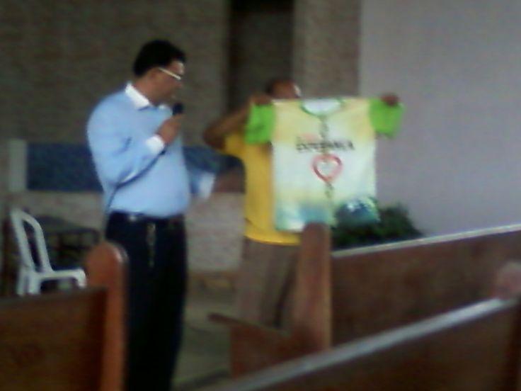 Pastor Fabio Lazaro apresenta camisa do projeto a Unica Esperança. 08/02/2014.